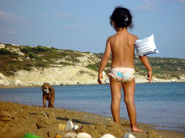 カビ?!水着に付いた黒いポツポツの正体は細かい砂だった!キレイに落とす方法をご紹介